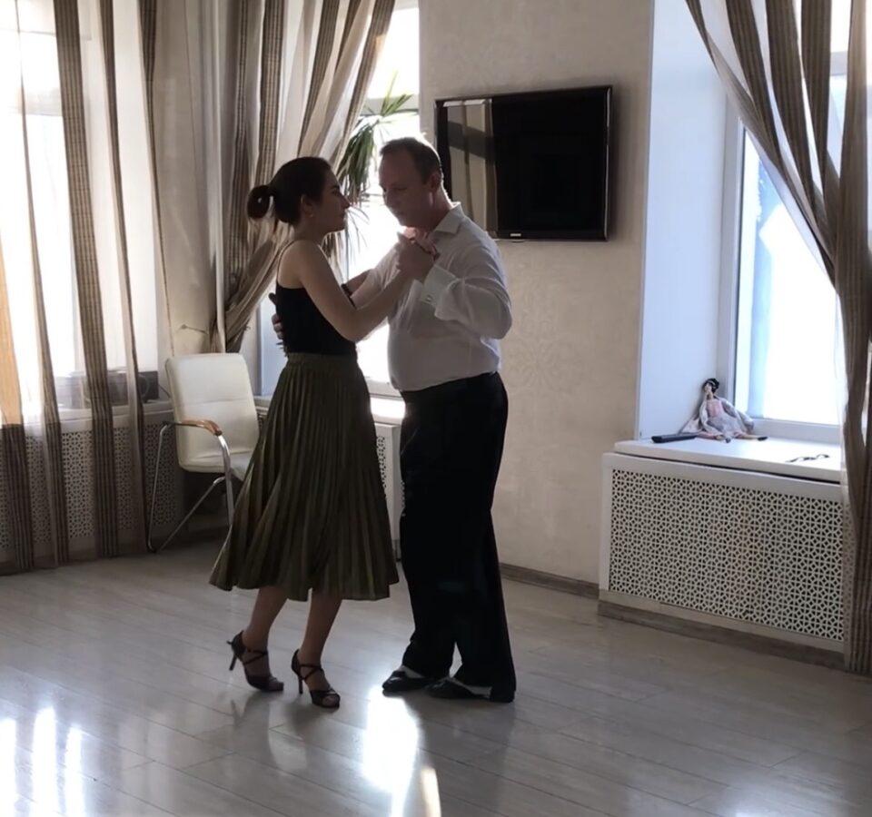 Валерия Артемова танцует танго с преподавателем