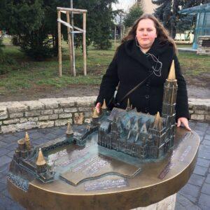 Инна Новик стоит у макета замка с оборонительными укреплениями