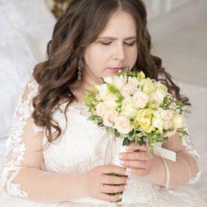 Инна Новик в свадебном плаьте с букетом невесты