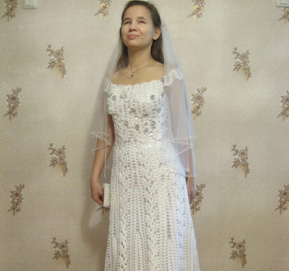 Лариса Малышкина в длинном белом платье и фате.