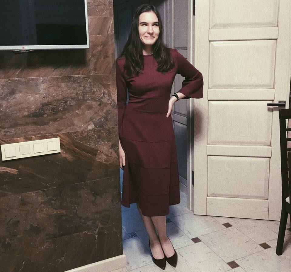 Валерия Артемова в бордовом платье и черных туфлях