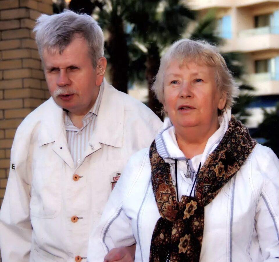 Андрей Марков под руку со своей мамой на улице
